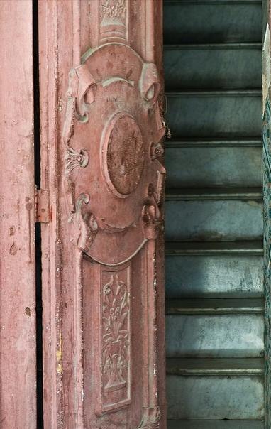 дверь и лестница