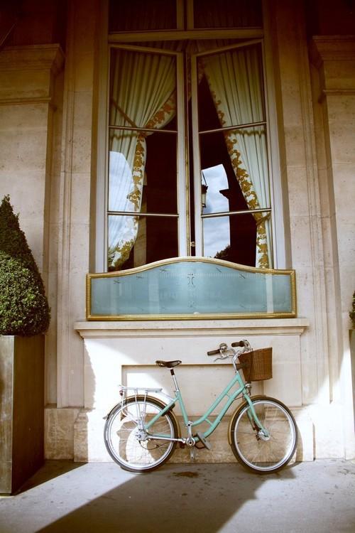окно с велосипедом