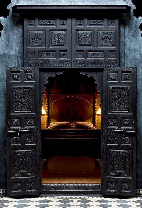 сегодня самый писк - черные двери