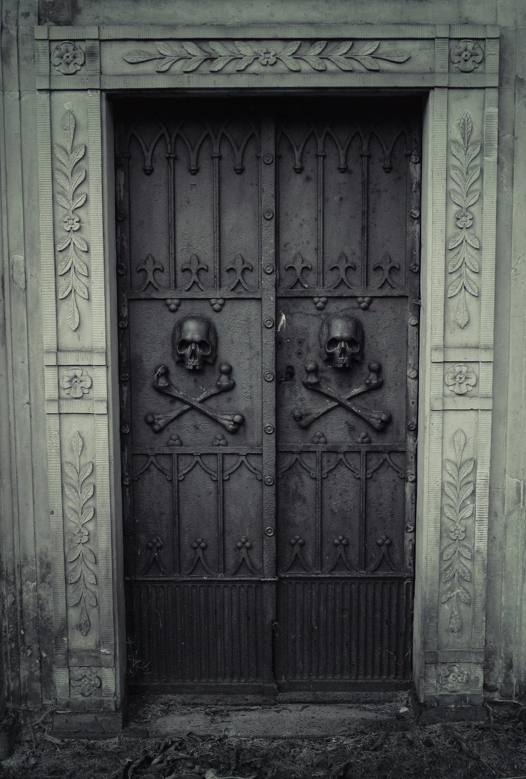 дверь с черепами