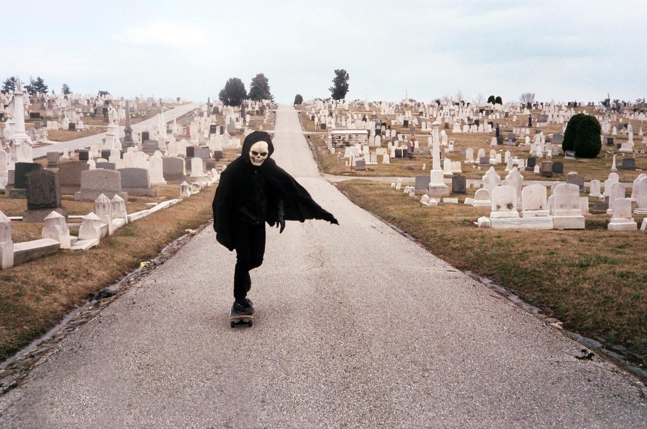роллер и кладбище