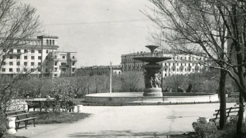 сквер с фонтаном, так он выглядел в те годы, нам кажется уютнее как-то было