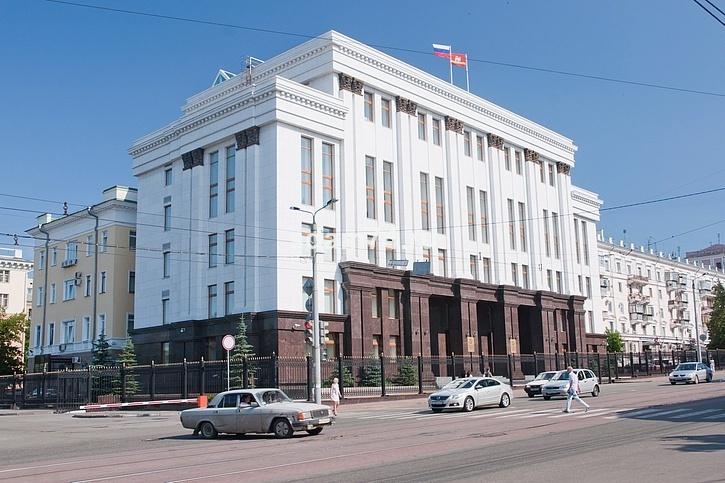 Современный монстрик-пристрой к зданию исполкома сделанный в 2000-х, во время строительства снесли и старинную ограду.((