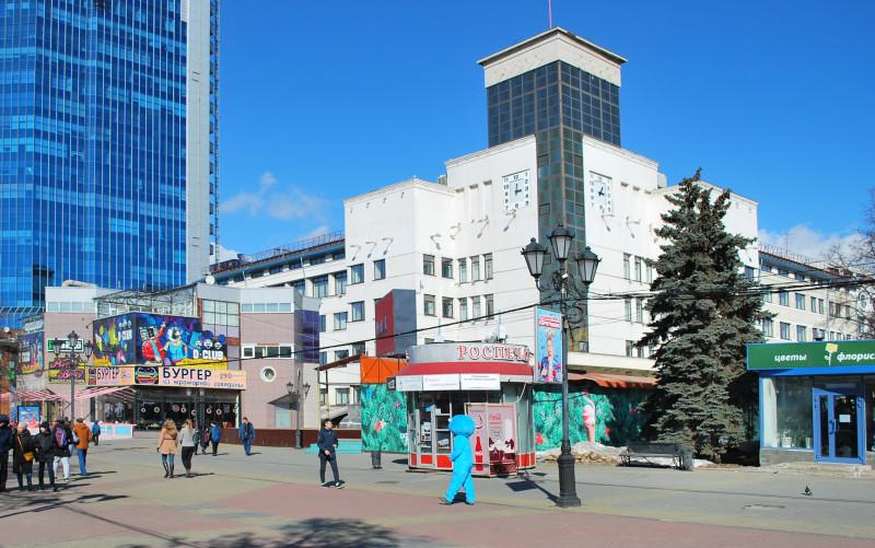 Ныне фасад здания загажен полулегальными пристроями и разношерстными киосками((.