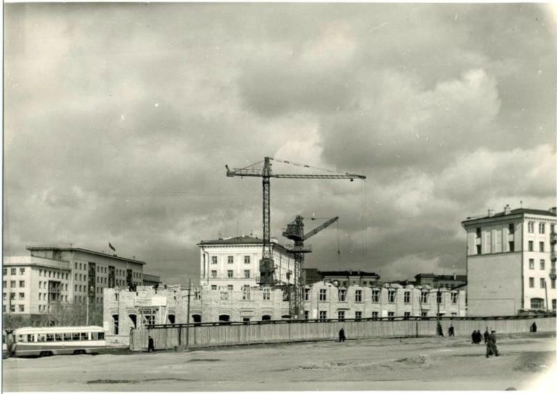 Строительство дома перекресток  Ленина и Цвиллинга нач. 50-х г.