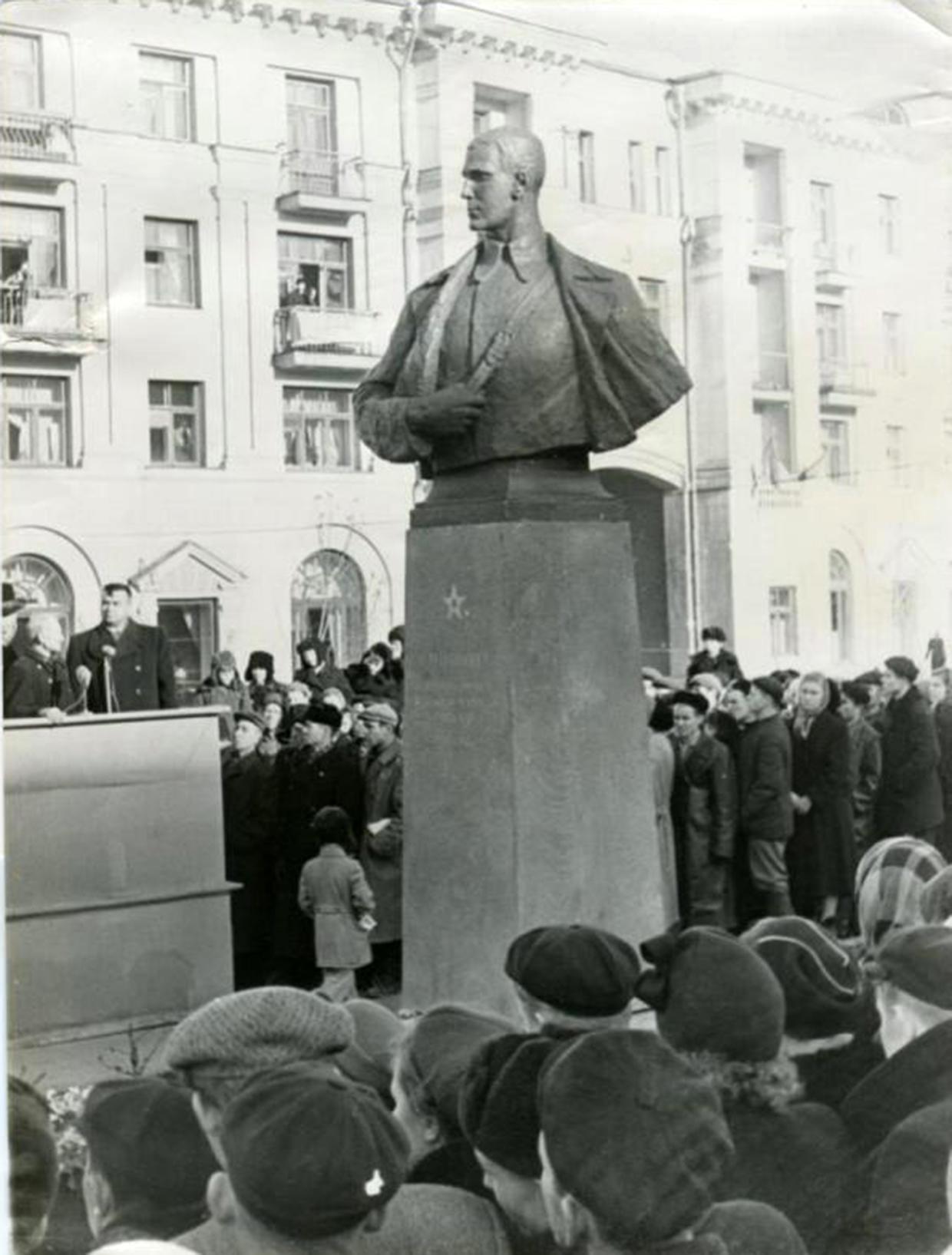 Открытие первого памятника С.М.Цвиллингу 6 ноября 1957года.