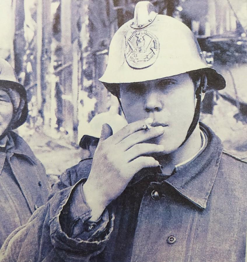 Перекур на фоне горящего цирка. Сержант ПЧ-6 Виктор Малов. (Автор фото предположительно Юрий Теуш).