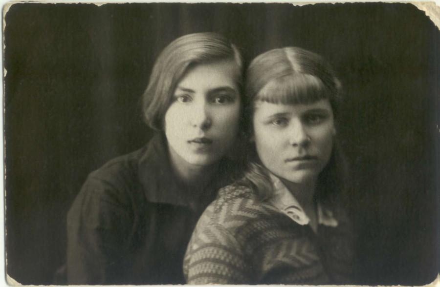 @ Кулакова (Солдаткина) Анна Матвеевна (слева) 03.jpg