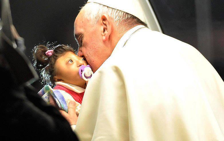 Папа Франциск и девочка, родившаяся без мозга