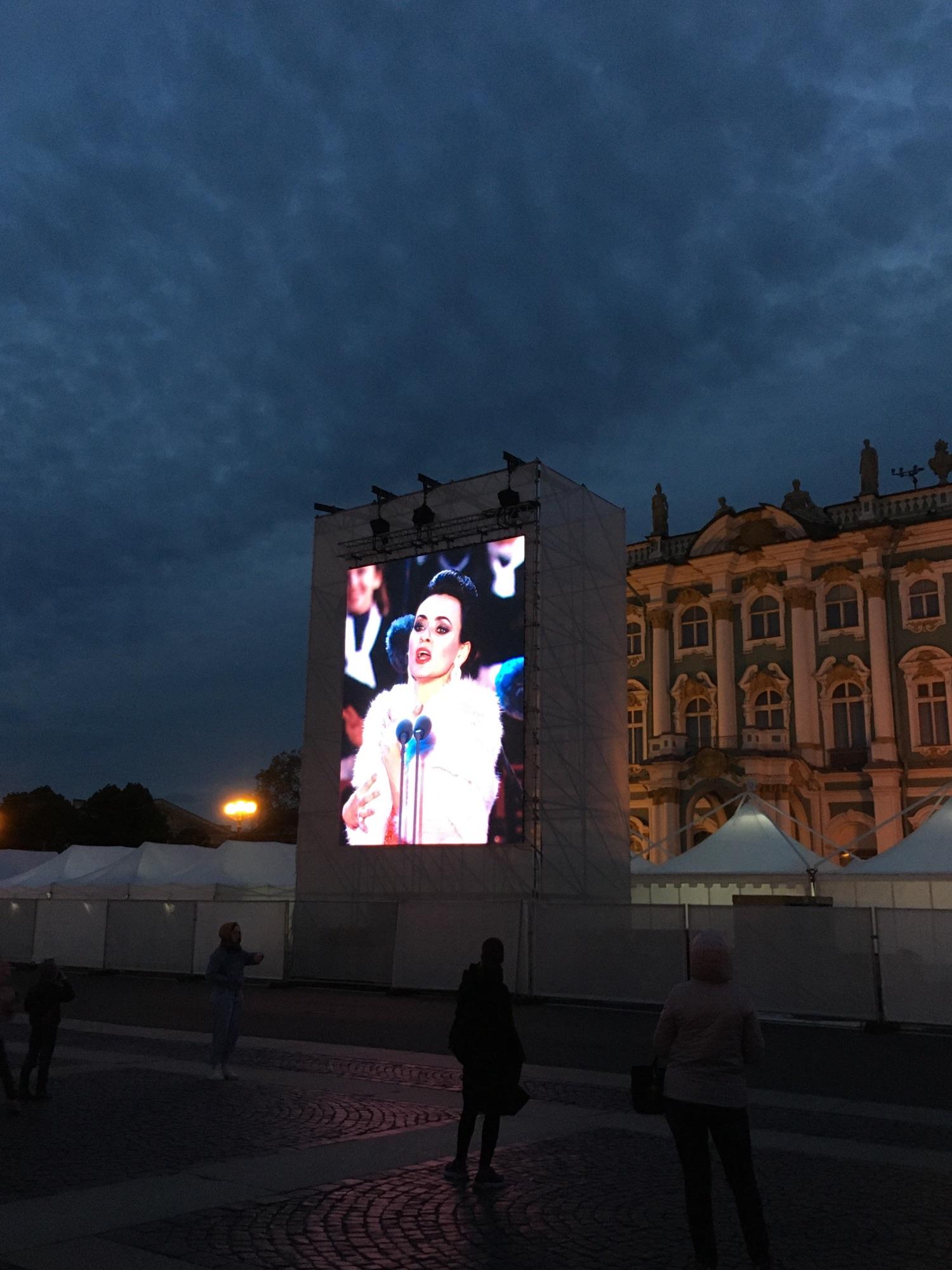 Классика на Дворцовой. На больших экранах проецировалось всё, что было на сцене.