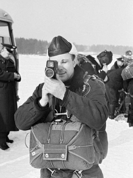 Юрий Гагарин снимает кино на тренировке. 18 февраля 1960.