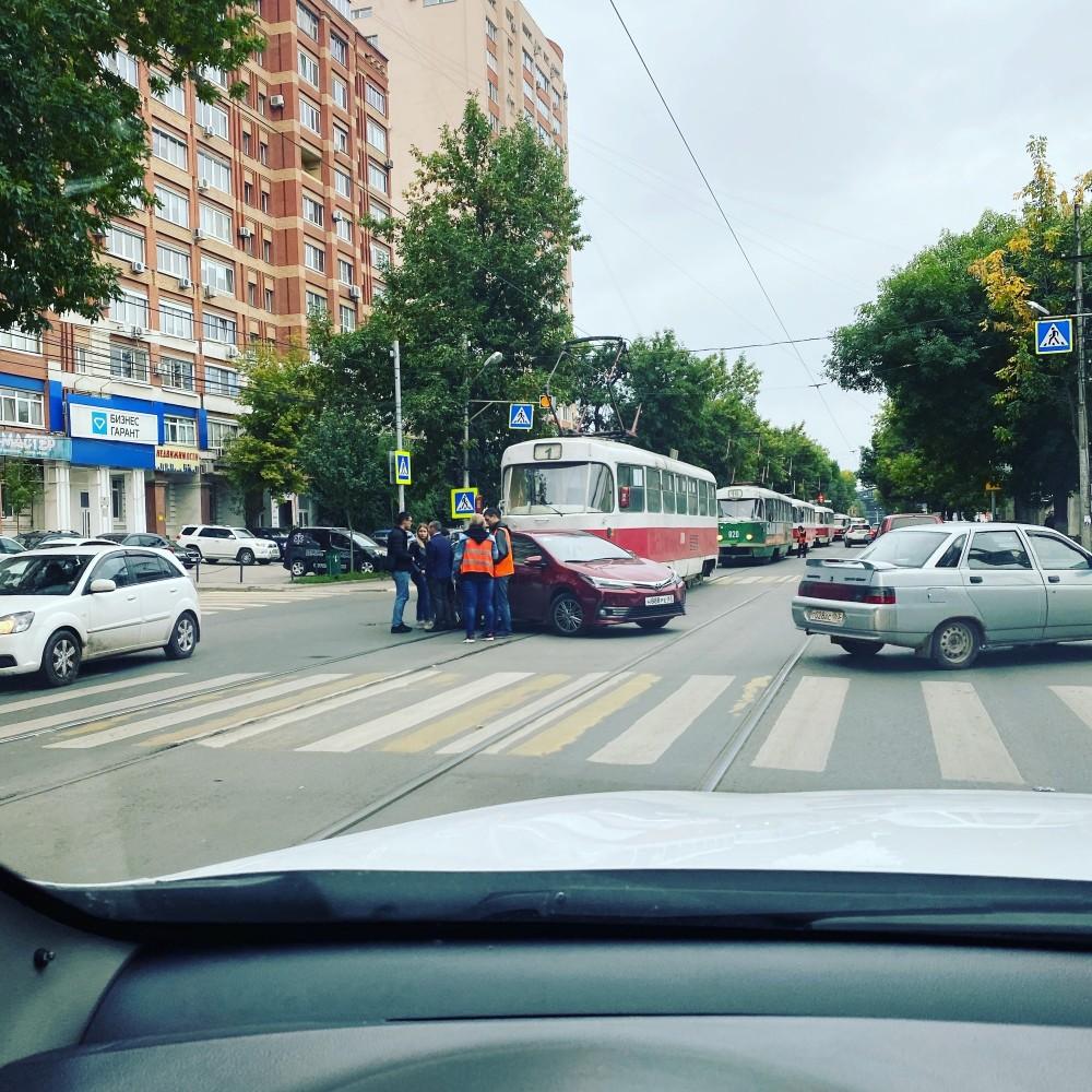 Центр города. Трамваи стоят из-за ДТП. Направление Красноармейская в сторону Коростелевых🤮 походу барышня за рулем. Во всяком случае документы какая-то красотка заполняла.