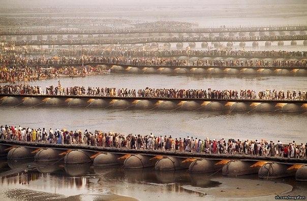Толпы в Kumbh Mela ждут своей очереди искупаться в Ганге, Аллахабад, Индия