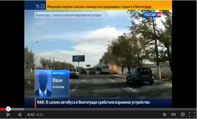 В 2:46 из крайнего заднего окна на противоположной месту взрыва стороне выпрыгивает пассажир, подбегает к автомобилю и принимает из него вещи