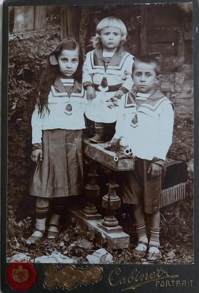 Моя бабушка Кочиева (Хъоцыты) Вера Бидзиновна с братьями Николаем(в середине) и Константином. 1915 г.