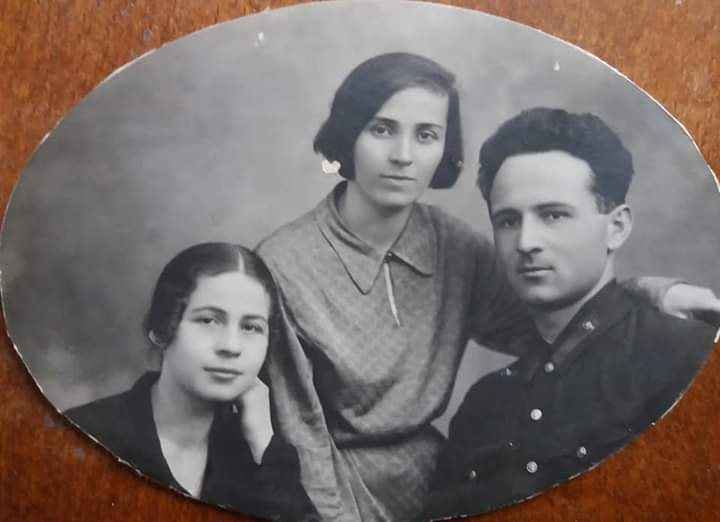 Моя бабушка Кочиева (Хъоцыты) Вера Бидзиновна(в середине) и мой дед Абаев Сергей Фёдорович.