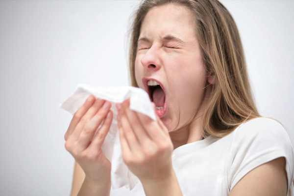 sneezing-woman-with-allergies