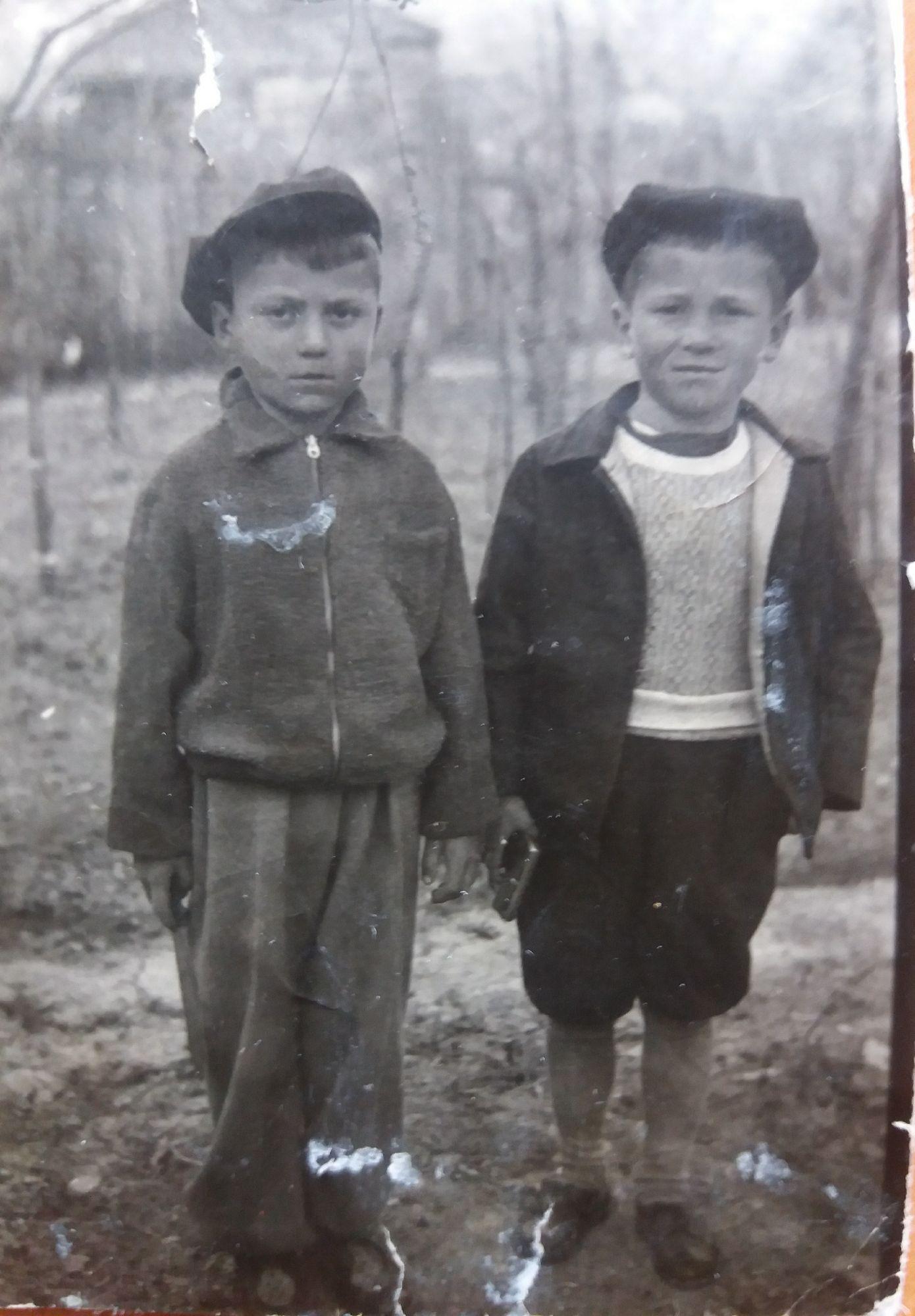 Мой отец (справа) со своим троюродным братом Зубрицким Булатом).