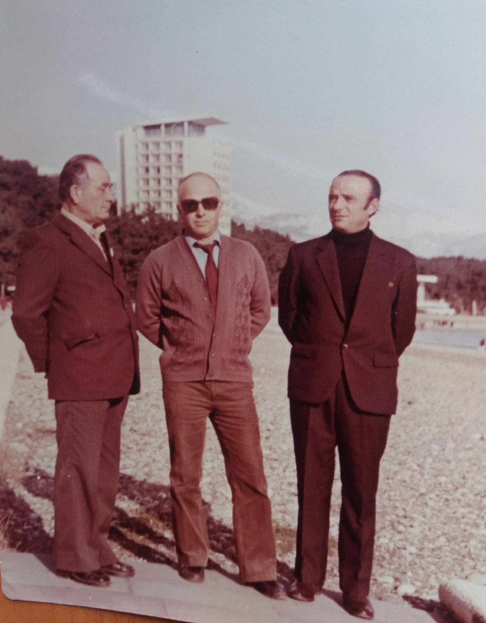 Мой отец (в середине) с земляками-осетинами. Пицунда. 80-е годы.