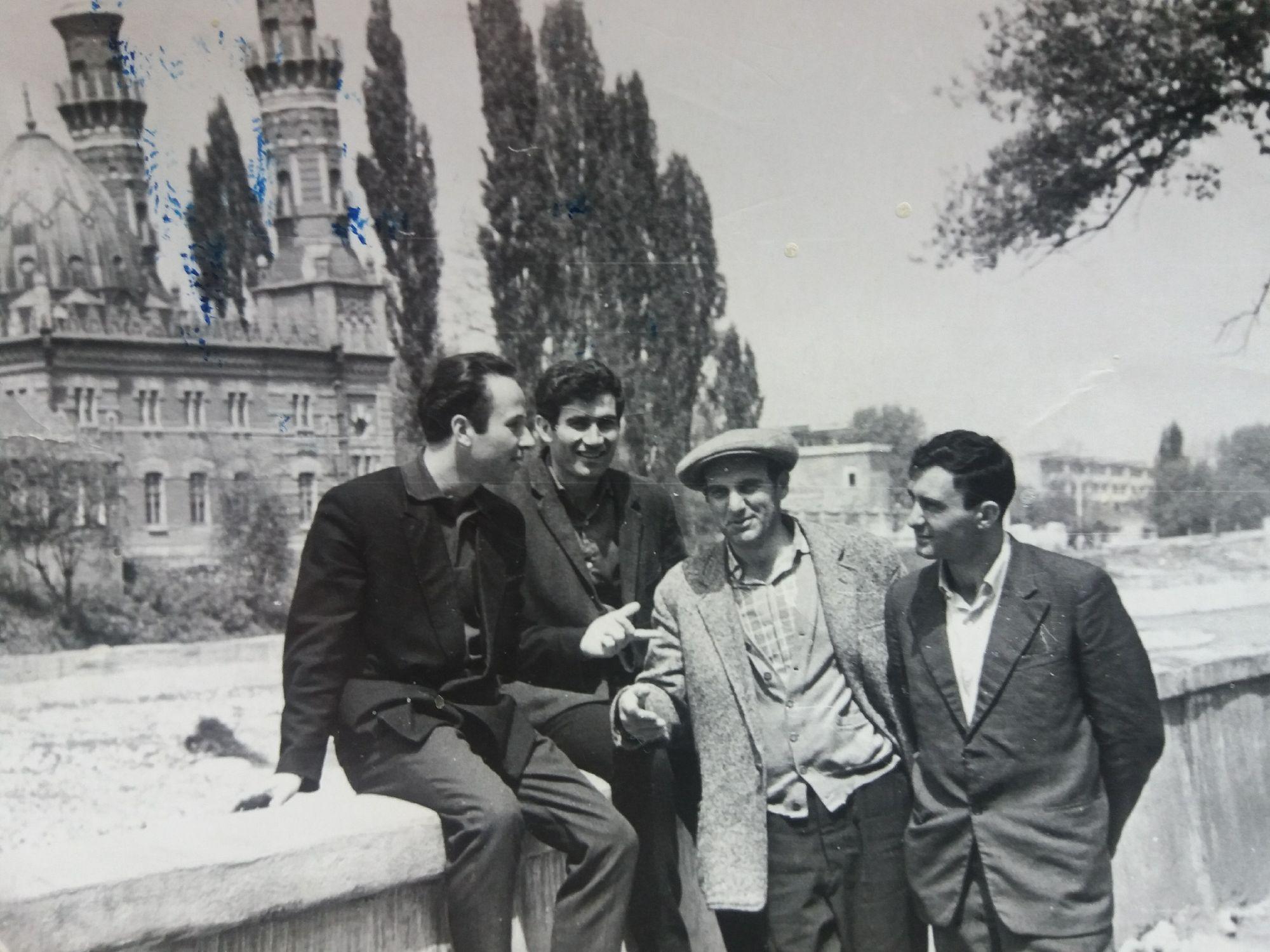 Мой отец (первый слева) с друзьями. Набережная Владикавказа. 60-е годы.