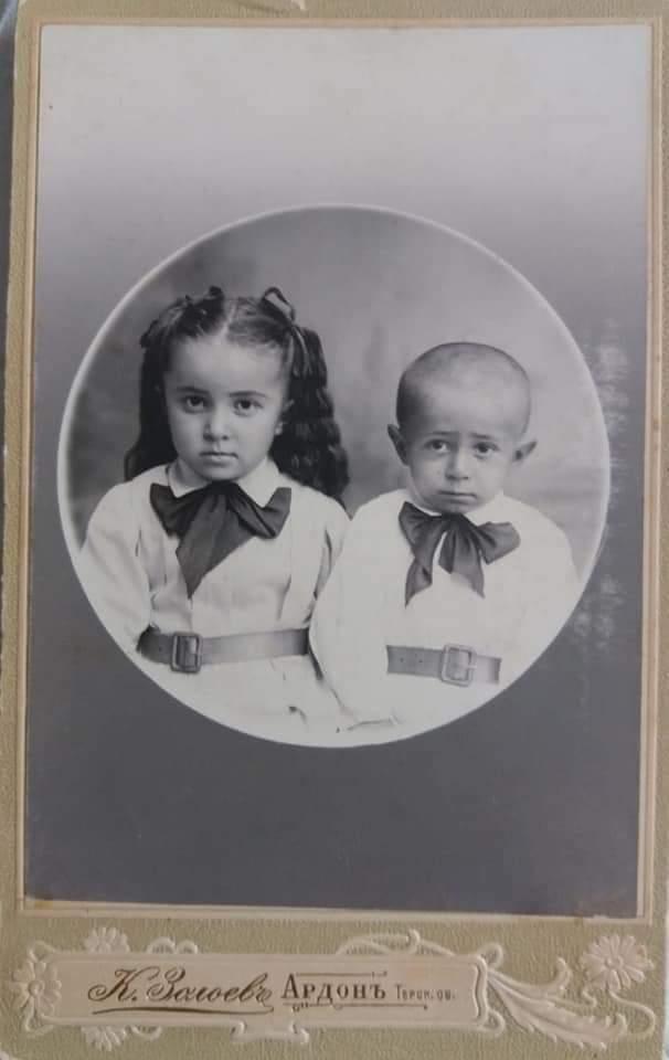 Моя бабушка Кочиева Вера Бидзиновна с братом Константином. 1910 г.