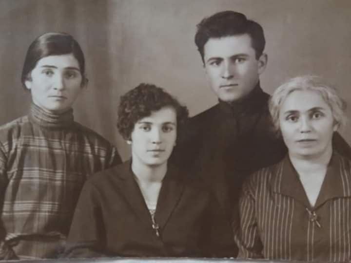 Слева направо: прабабушка Джаттиева Ольга, бабушка Кочиева(Хъоцыты) Вера Бидзиновна, дедушка Абаев Сергей Фёдорович и прабабушка Карсанова Варвара Николаевна (Тикуновна)