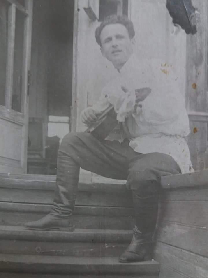 Мой дед Абаев Сергей Фёдорович (Тотрович) на даче у друзей.