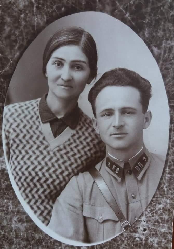 Мой дед Абаев Сергей Фёдорович (1905-1970) со своей матерью Джаттиевой Ольгой.