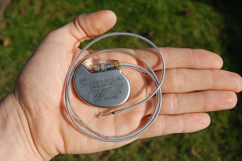 800px-St_Jude_Medical_pacemaker_in_hand
