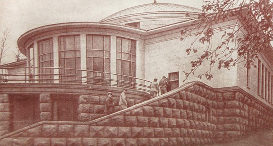 Фрагмент фасада наземного вестибюля станции «Университет» со стороны Ботанического сада