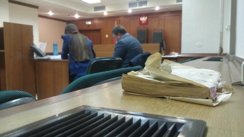 На снимке, слева направо: прокурор, представитель Куранова и Ко. Ю.Л.Шель и Уголовно-процессуальный кодекс, которым в Мосгорсуде затыкают окно, чтоб не закрывалось.