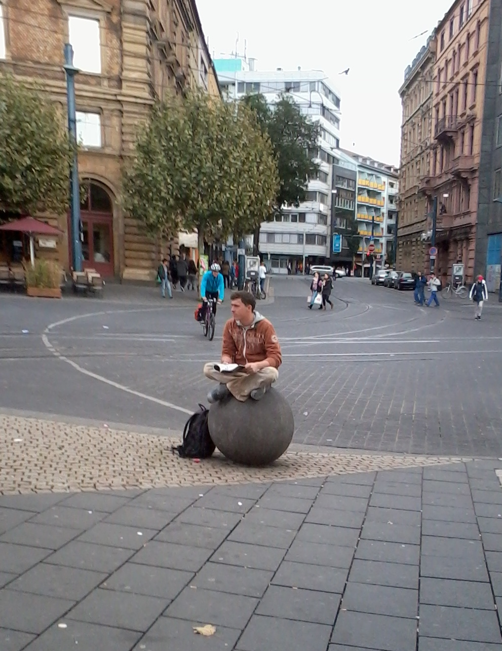 мальчик на шаре