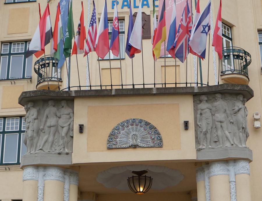 22 вход в термальный дворец, все флаги в гости к нам.jpg