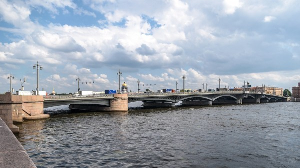 1920px-Blagoveschensky_Bridge_SPB