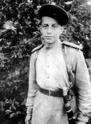 Yuriy_Trifonov_konec_1930h_godov_i_Georgiy_Trifonov_ryadovoy_8-go_Kazachego_korpusa_1944_god