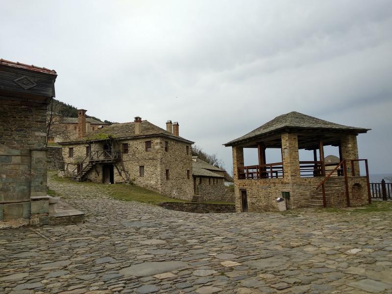 Архитектура за воротами монастыря