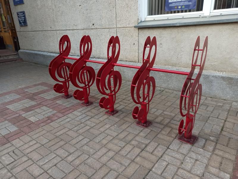 Велосипедная парковка в виде скрипичных ключей
