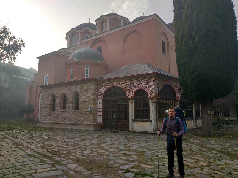 В монастыре, раннее утро, дымка