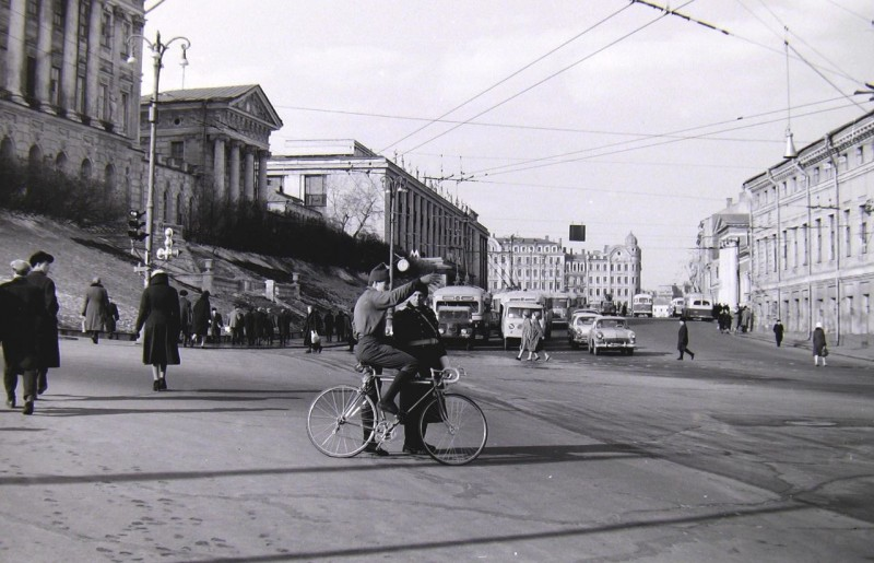 Велосипедист и милиционер