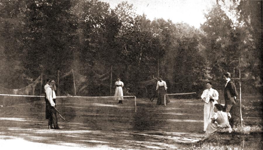 172432 На теннисе 1896 Л. Н. Толстой играет в теннис с дочерьми Марией и Александрой.