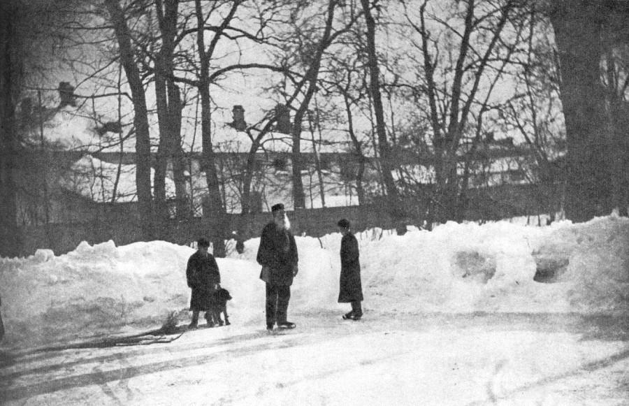 654251 Лев Толстой на коньках в Хамовниках 98 С. А. Толстая