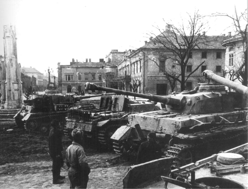 773425 Székesfehérváron szovjet csapatok elfogták, a német tankok és automatikus vezérlőrendszerek elhagytak üzemanyaghi