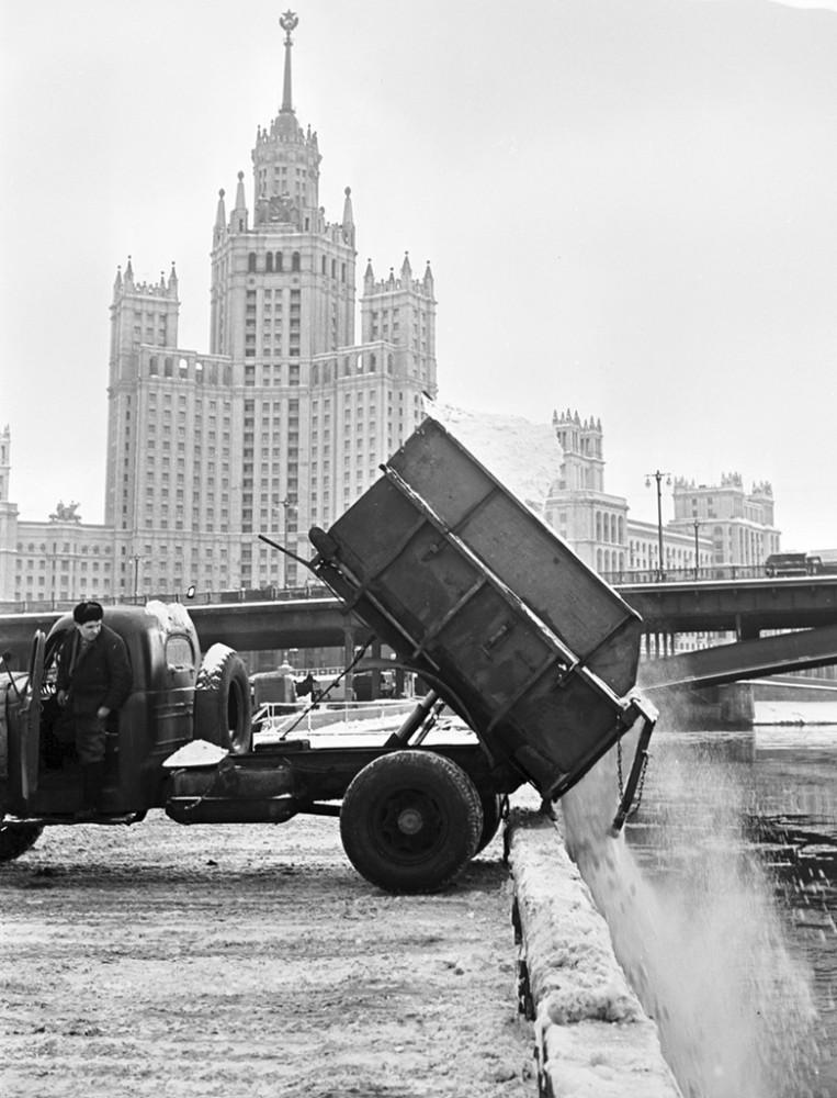 773265 Сброс  снега в реку на Москворецкой набережной 52 Валентин Хухлаев