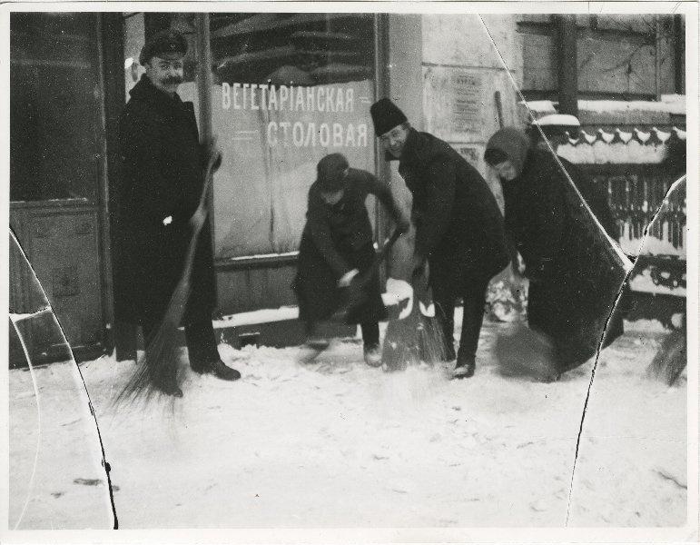 779211 Очистка тротуаров от снега в порядке трудовой повинности