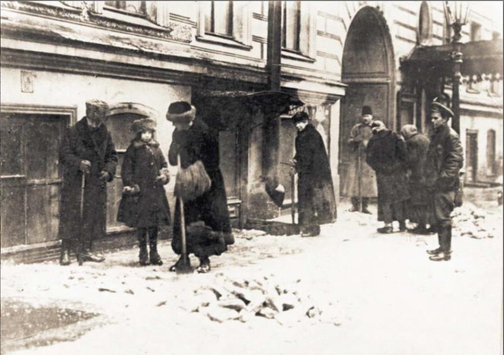 Киевская буржуазия на принудработах 1920