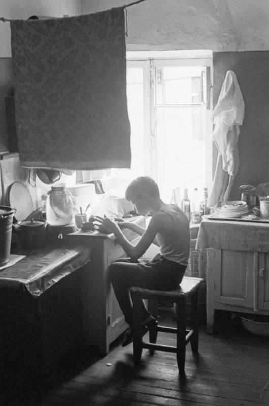 fotograf-Igor-Palmin_34.jpgМосква. Коммунальная квартира, завтрак на кухне, 1972