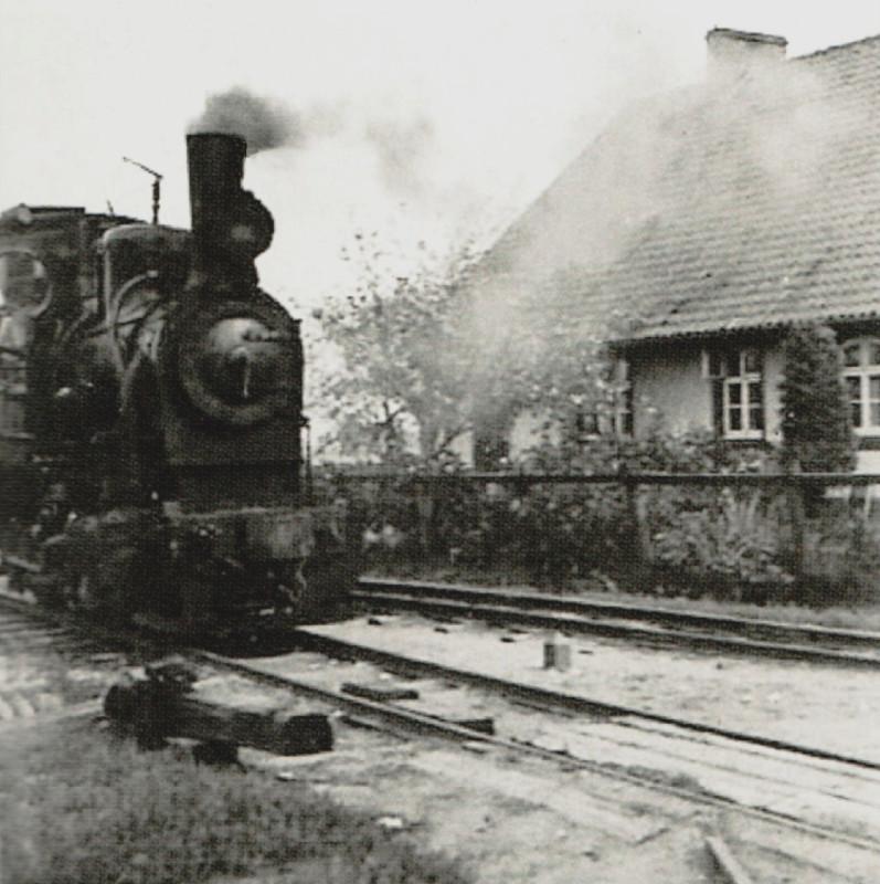 780900 Rauterskirch. Die Kleinbahn-Lok am Bahnhof