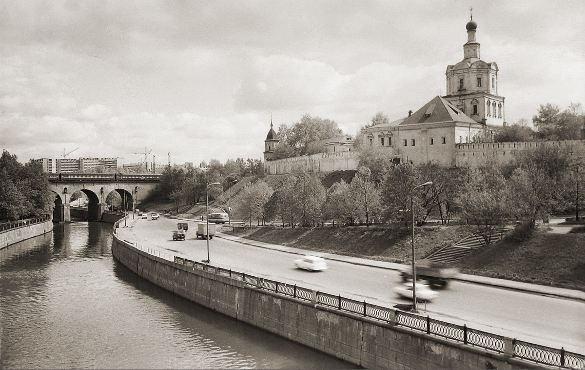 790020 Андроньевская набережная. Вид на Спасо-Андроников монастырь со стороны Яузы Олег Линев нач. 80-х
