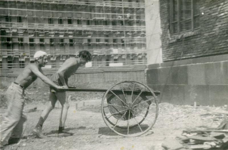 790906 Студенты на строительстве Главного здания МГУ