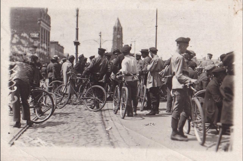 День московского транспорта транспорта, сегодня, кстати, московского, поздравляю, 1920х, Продажа, велосипедов, Сухаревом, рынке, Лисапеды, нынче, самый, актуальный, модный, городского